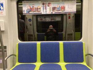 Jakob alleen in metro Valencia